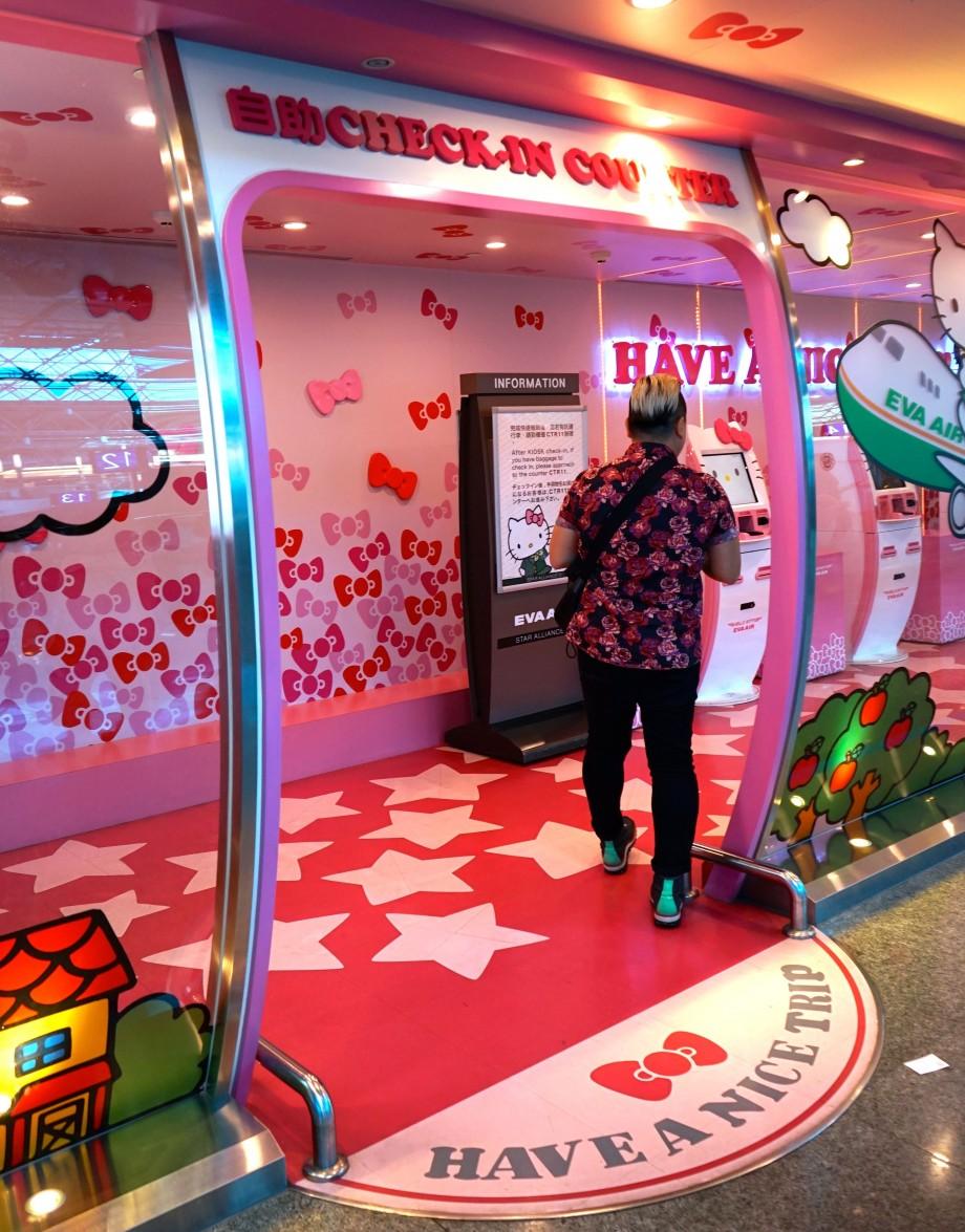 EVA Air Hello Kitty Check In Kiosk - AspirantSG