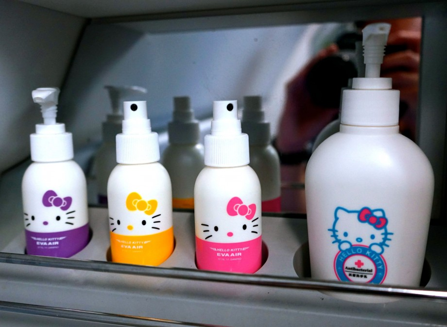 EVA Air Hello Kitty Toiletries - AspirantSG
