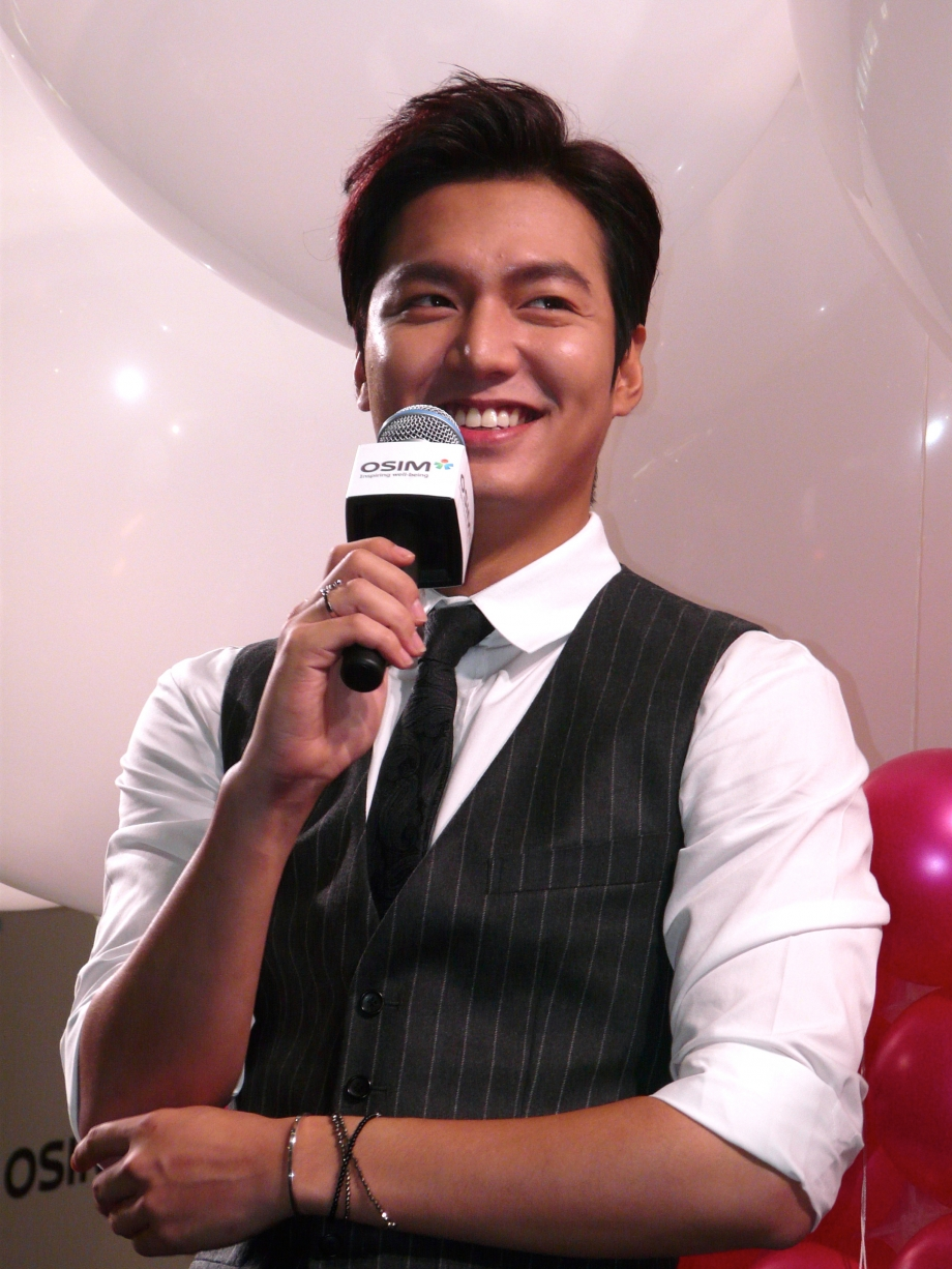 Lee Min Ho Addressing His Fans At OSIM 35th Anniversary Causeway Point Singapore - AspirantSG