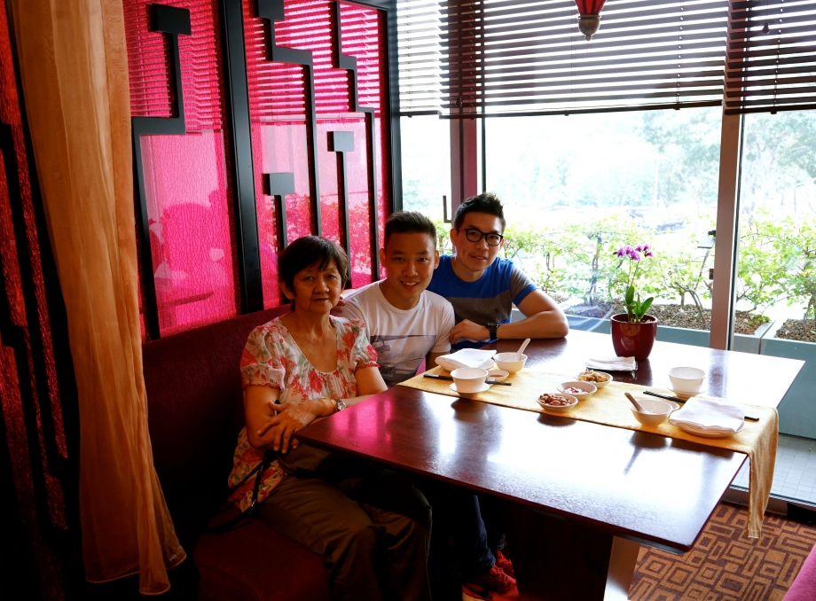 Family Photo At Szechuan Court and Kitchen - AspirantSG