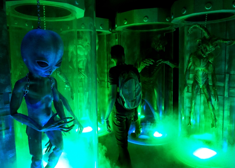 Treading through alien hybrids Halloween Horror Nights 4 - AspirantSG