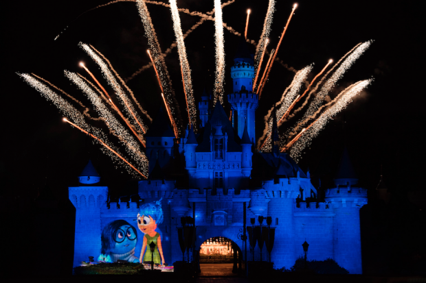 Hong Kong Disneyland Light Up & Fireworks - AspirantSG
