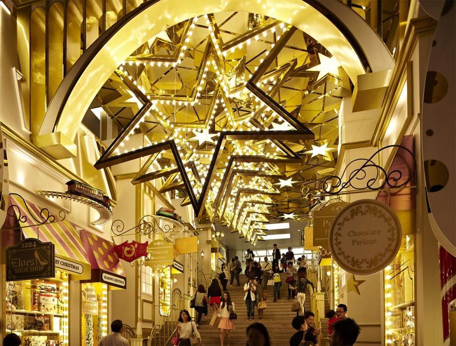 Christmas Train Station Stairways At Harbour City, Hong Kong - AspirantSG