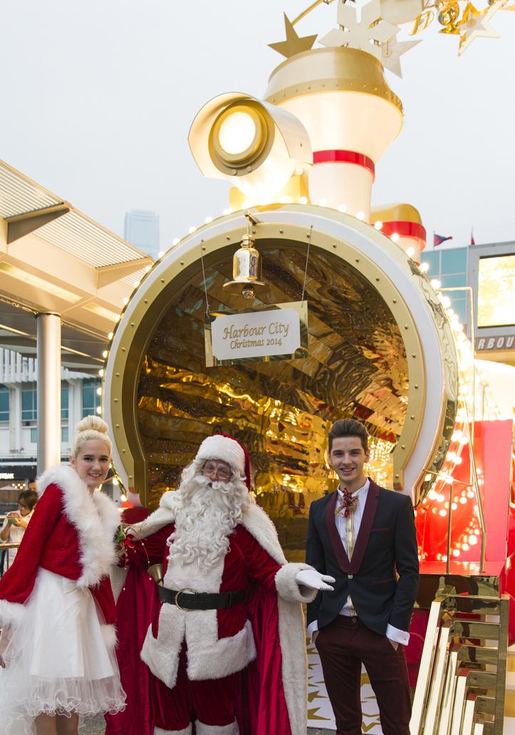 Santa With Christmas Train At Harbour City Hong Kong - AspirantSG