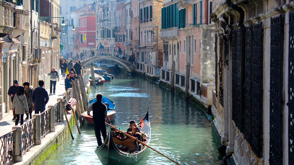 Romantic Boat Ride In Venice - AspirantSG