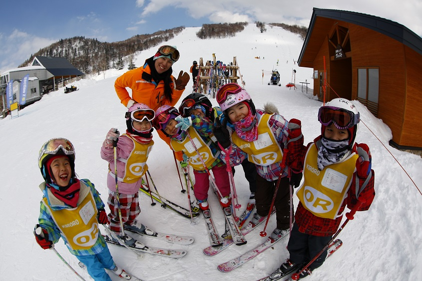 kids-ski-in-kiroro-resort-aspirantsg