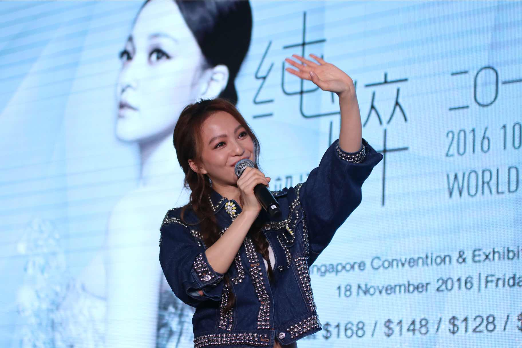 angela-zhang-greeting-fans-at-press-conference-singapore-aspirantsg