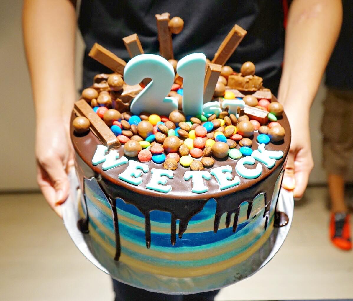 sweetest-moments-21st-birthday-cake-aspirantsg
