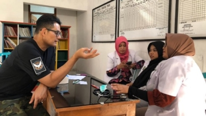 Hands-on Dr Zubin Medora working with HAND in East Java